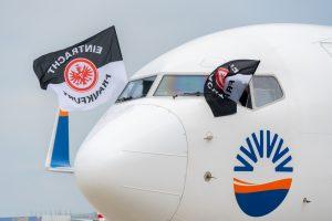Eintracht Frankfurt Fahnen werden aus dem SunExpress Cockpit geschwingt
