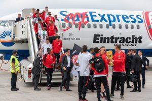 Eintracht Frankfurt Fußballspieler steigen aus dem SunExpress Flieger