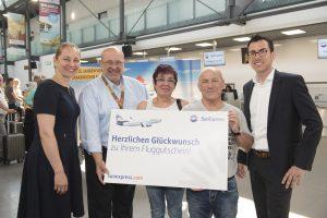 SunExpress überreicht dem 600.000 Passagier einen Fluggutschein