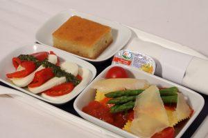 Serviertablett mit Käseravioli, kalter Vorspeise und Dessert