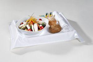 Serviertablett mit einem Chefsalat